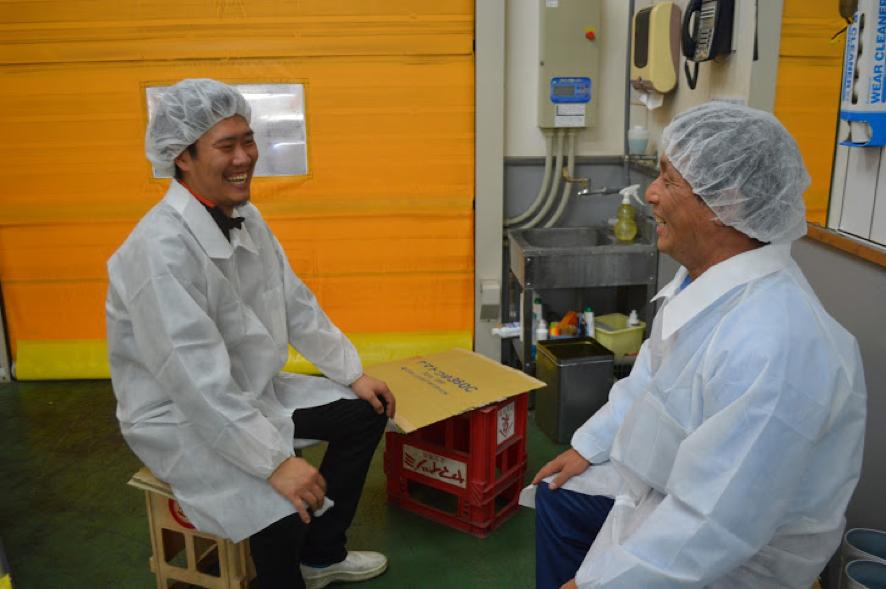 なごやかな対談。写真左がキッチンUCHINKUの西本さん。写真右が醬(ひしお)トマト生産者の竹本さん。