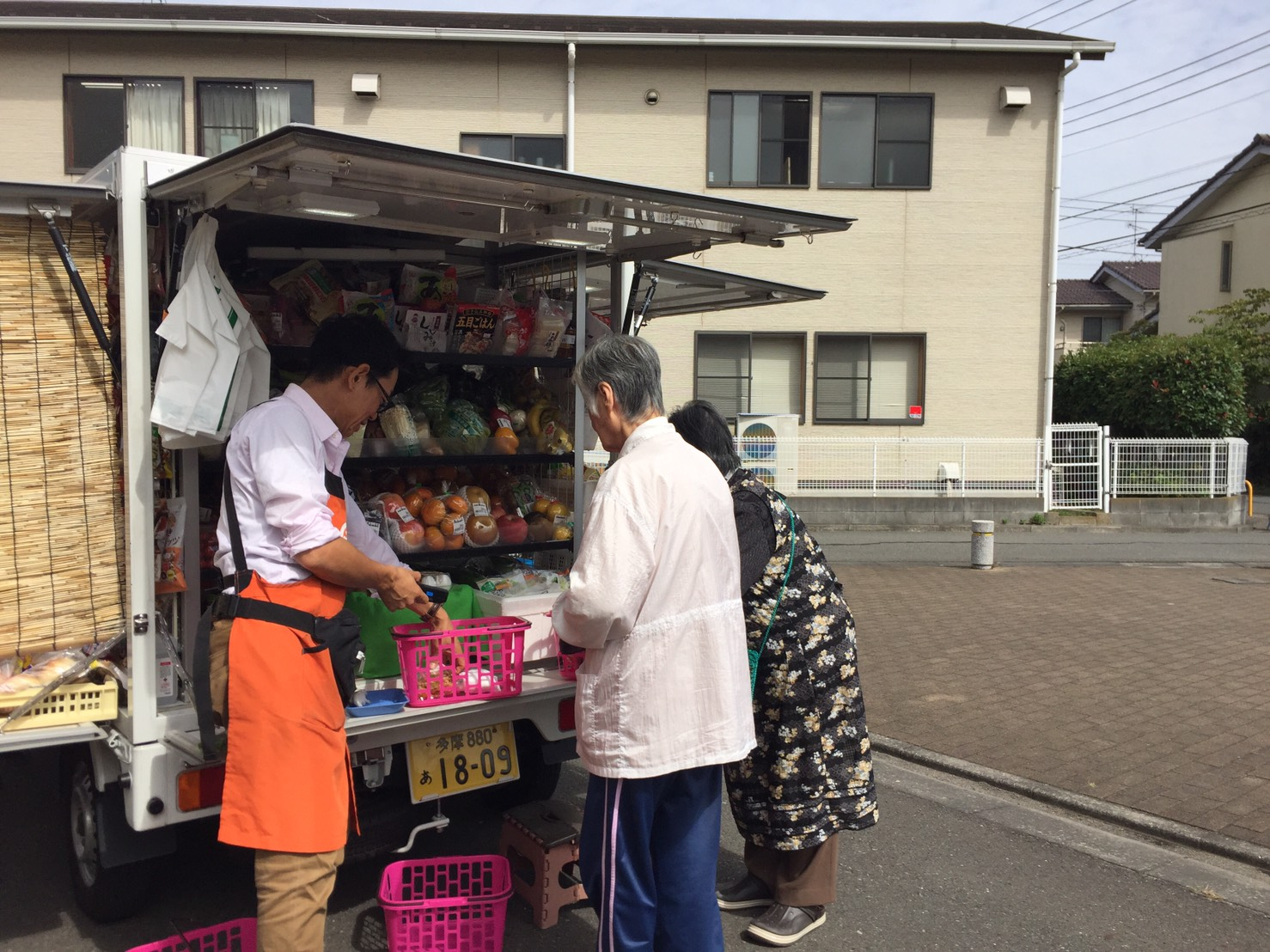 家村さんが移動スーパーをする様子2