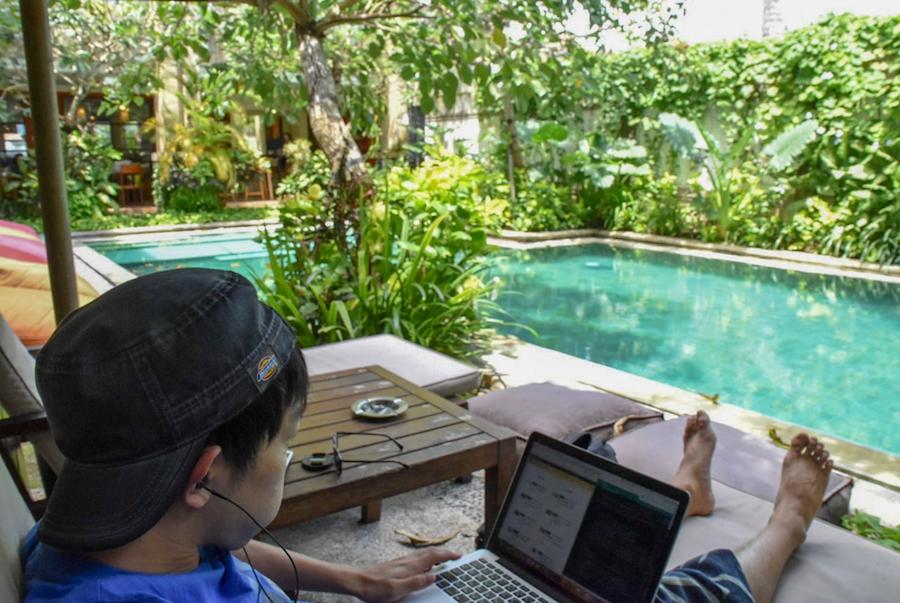 インドネシア・バリ島のコワーキングスペース『Legian』での作業風景